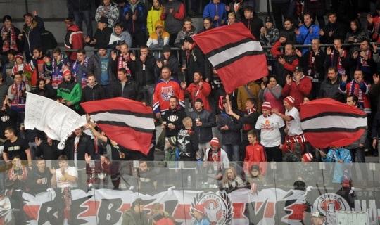 Za vhození dělobuchu při hokejovém utkání sdělili policisté podezření dvěma mužům